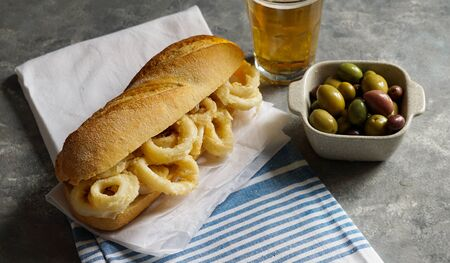 bocadillo con calamares or squid sandwich with beer, very popular in Madrid spanish typical tapas Stockfoto - 132115736