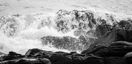 Wave rock and blue sea in Thailand Standard-Bild