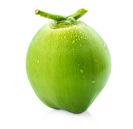 waterdruppel groene kokosnoot geïsoleerd op een witte achtergrond Stockfoto