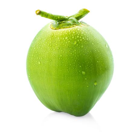 waterdruppel groene kokosnoot geïsoleerd op een witte achtergrond