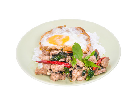 Rice topped with stir-fried minced pork and basil with Fried egg Foto de archivo
