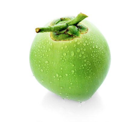 waterdruppel groene kokosnoot op een witte achtergrond