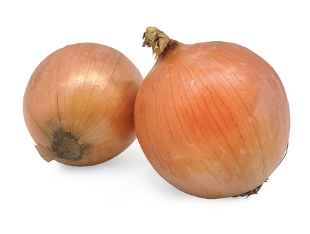 Slices of shallot onions for cooking on white background. Standard-Bild - 108885142