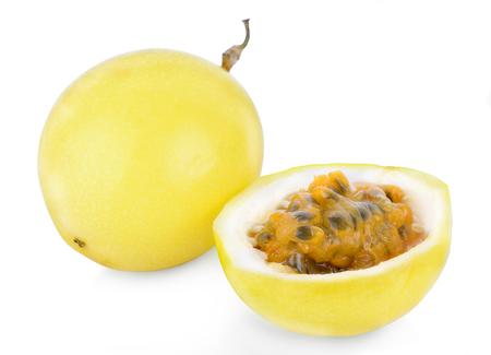 ganze und halbe Passionsfrucht isoliert auf weißem Hintergrund