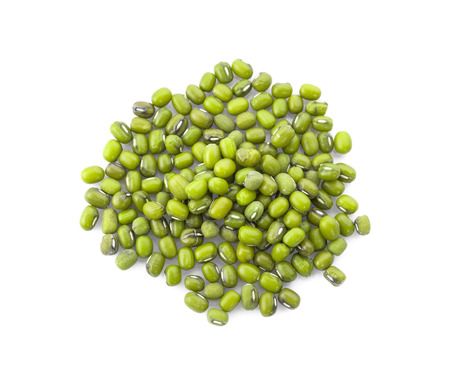 Mung beans isolated on white background Foto de archivo - 122767726