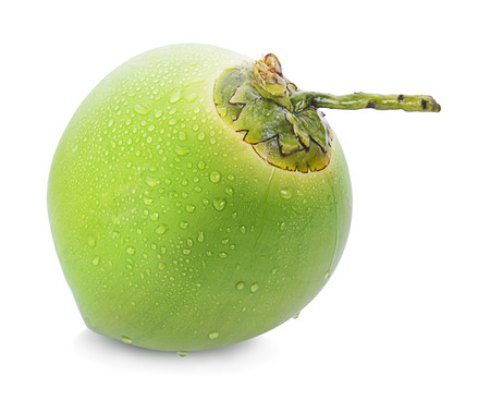 Goutte d'eau de noix de coco verte isolée sur fond blanc