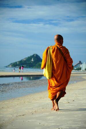 monjes: Alimentos ofreciendo a un monje