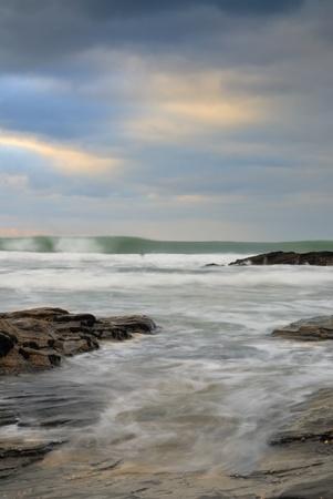 L'obturation lente marin. Vue de Trebarwith Strand plage, Cornwall, Royaume-Uni. Banque d'images