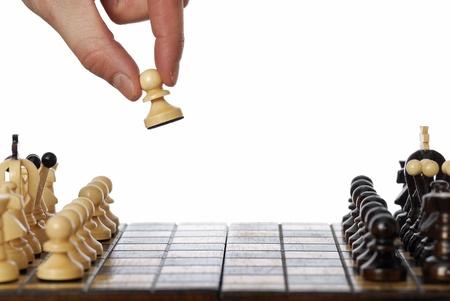 pensamiento estrategico: Mano recoger y mover el primer pe�n de un juego de ajedrez.