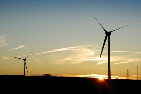 windfarm: Salida del sol detr�s de un parque e�lico en Cornwall, Reino Unido. Foto de archivo