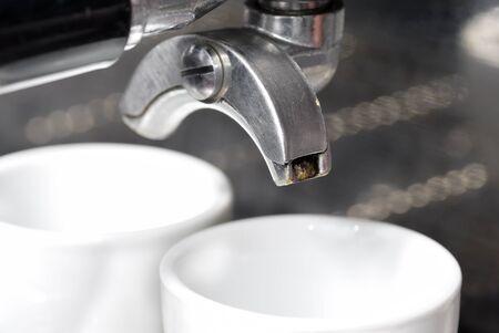 Porte-filtre et machine � caf�. Concentrez-vous sur le plus proche du bec. Banque d'images