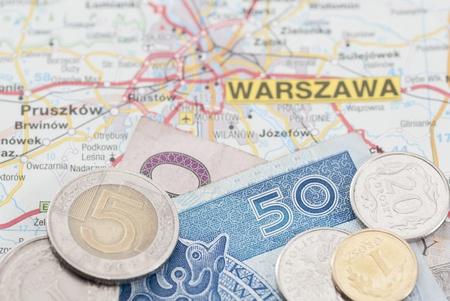 Des devises Zloty polonais sur une carte marqu�e Varsovie (Warszawa)