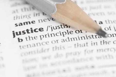 Macro image de mot du dictionnaire: la justice, et un crayon.