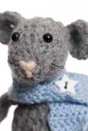 Gris souris � la main en utilisant Crochet. Studio abattu. Banque d'images