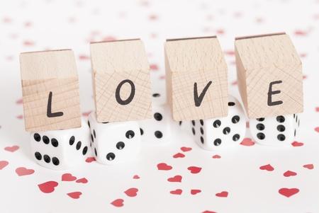 Le mot amour aux c�t�s de d�s blancs. Banque d'images