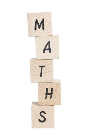 Maths tour �crit avec des blocs de bois fond blanc Banque d'images