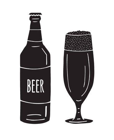Vettore nero disegnato a mano doodle schizzo bicchiere di birra e bottiglia isolati su sfondo bianco Vettoriali
