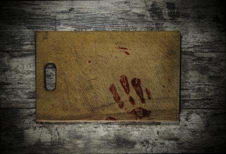 bloody hand print: Grunge fondo de madera con una impresi�n de una mano ensangrentada Foto de archivo