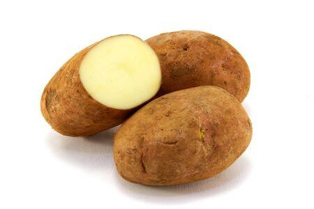 unwashed: Un gruppo di tre unwashed patate, isolato su uno sfondo bianco.