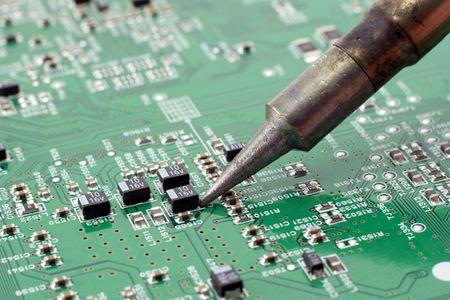 circuito electronico: T�cnico en reparaci�n de circuito electr�nico con el soldador.