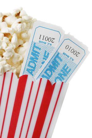 cinta pelicula: Una taza de palomitas de ma�z y dos entradas de cine, aisladas sobre fondo blanco.