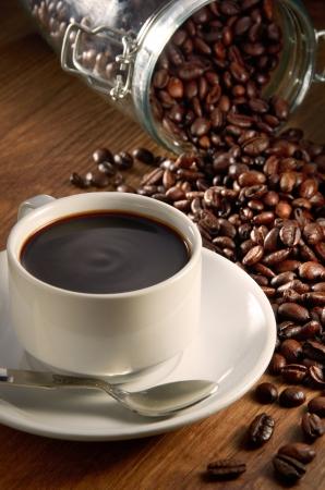 grains of coffee: Taza de caf� con granos de caf� de fondo