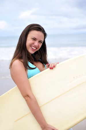 chica surf: La celebraci�n de una ni�a de navegar a bordo en Brasil