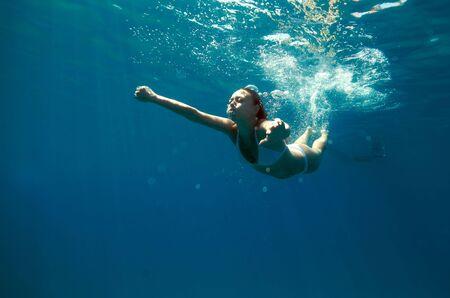girl underwater: Onderwater oog van een vrouw zwemmen in de oceaan