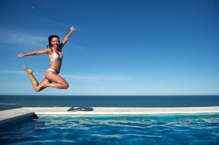 여자 수영장에서 Arraial d' Ajuda, 브라질에서 휴식