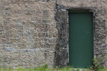 puerta verde: Antigua muralla con la puerta verde de la inserci�n Foto de archivo