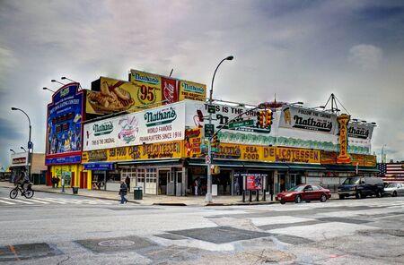 元の歴史的なネイサンのコニーアイランド ブルックリン、ニューヨーク市の有名なホットドッグ。