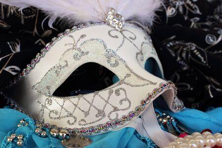 きらめきと飾られた仮面舞踏会ボール マスクと囲まれてパーティー ビーズ、腕輪、生地 rhinestons
