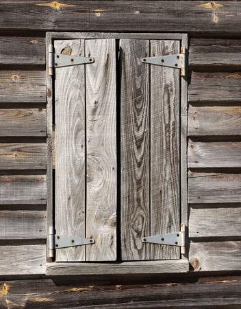 weather beaten: Un vecchio e il tempo battuto uragano otturatore protegge l'interno di una cabina di ricovero Archivio Fotografico