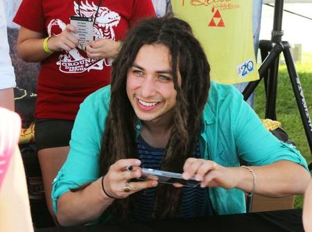 Jason Castro van American Idol seizoen 7 tekens handtekeningen voor de fans in de Ground Zero Dragon Boat Races in Myrtle Beach, SC op 27 april 2013