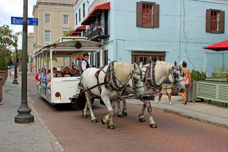 馬描いた通りの車のツアー アメリカ合衆国ノース ・ カロライナ州、ウィルミントンのダウンタウン歴史地区の狭い路地 報道画像
