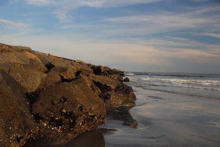 静かなビーチと桟橋に沿って U S 沿岸サウスカロライナ、米国南部の美しい夕日
