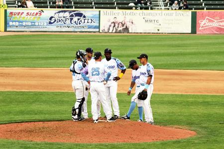 野球チームと戦略を議論する投手マウンドに収束します。 報道画像