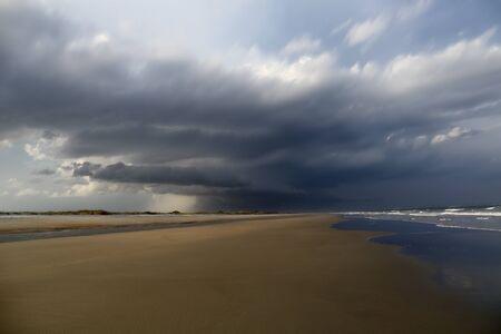 precipitaci�n: Una tormenta rollos en una playa de Carolina del Sur. Foto de archivo