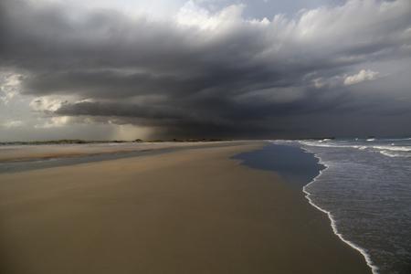 後半午後雷雨転がるサウス ・ カロライナ ビーチ。 写真素材