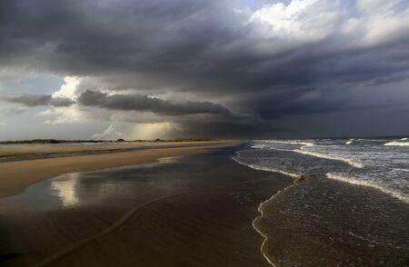 precipitacion: Una tormenta rollos en una playa de Carolina del Sur. Foto de archivo