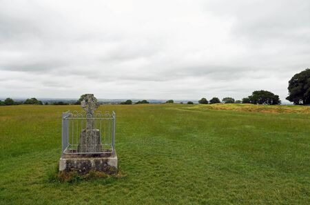 The Hill of Tara, located near the River Boyne, is an archaeological complex that runs between Navan and Dunshaughlin in County Meath, Ireland. It contains a number of ancient monuments and, according to tradition, was the seat of the High King of Ireland. Banco de Imagens