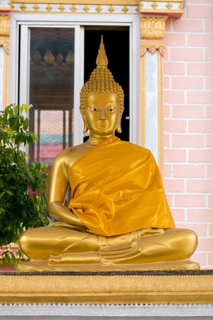 keen: Statue of gold Buddha