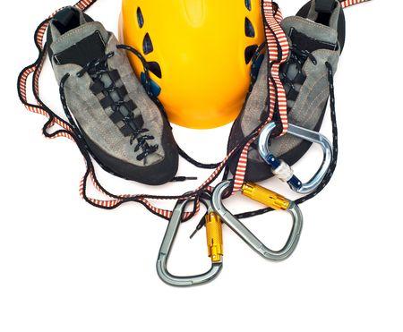 登る: 登山用具 - カラビナ、オレンジ ヘルメット、ロープ、ライトグレーの靴