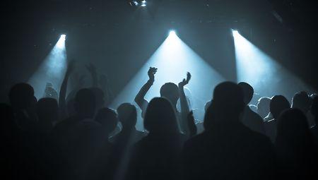 rock concert: mani al concerto rock, sagome contro la fase di illuminazione