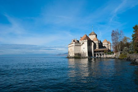 Le château de Chillon (Château de Chillon) est situé sur la rive du lac Léman dans la commune de Veytaux, à l'extrémité est du lac, à 3 km de Montreux, en Suisse. C'est le monument historique le plus visité de Suisse! Banque d'images