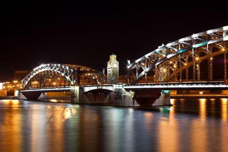 Bolsheohtinskiy brug bij nacht in Sint-Petersburg. Rusland