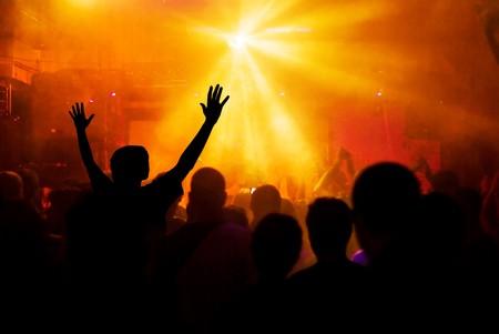 rock concert: Foto di mani al concerto rock, sagome contro la fase di illuminazione  Archivio Fotografico