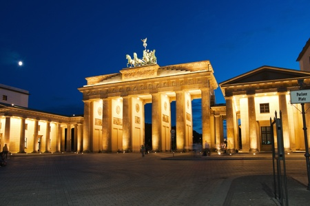verjas: Puerta de Brandeburgo en Berl�n en la noche. Alemania.