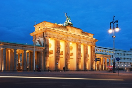 Brandenburg Gate in Berlin at night. Germany. Standard-Bild