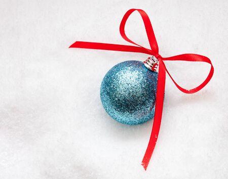 Christmas ball on the snow Standard-Bild
